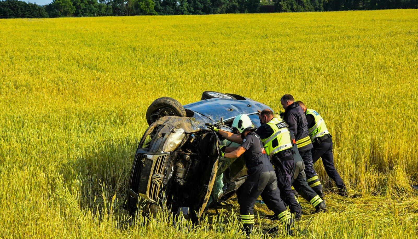 Viljandimaal sõitis auto viljapõllule.