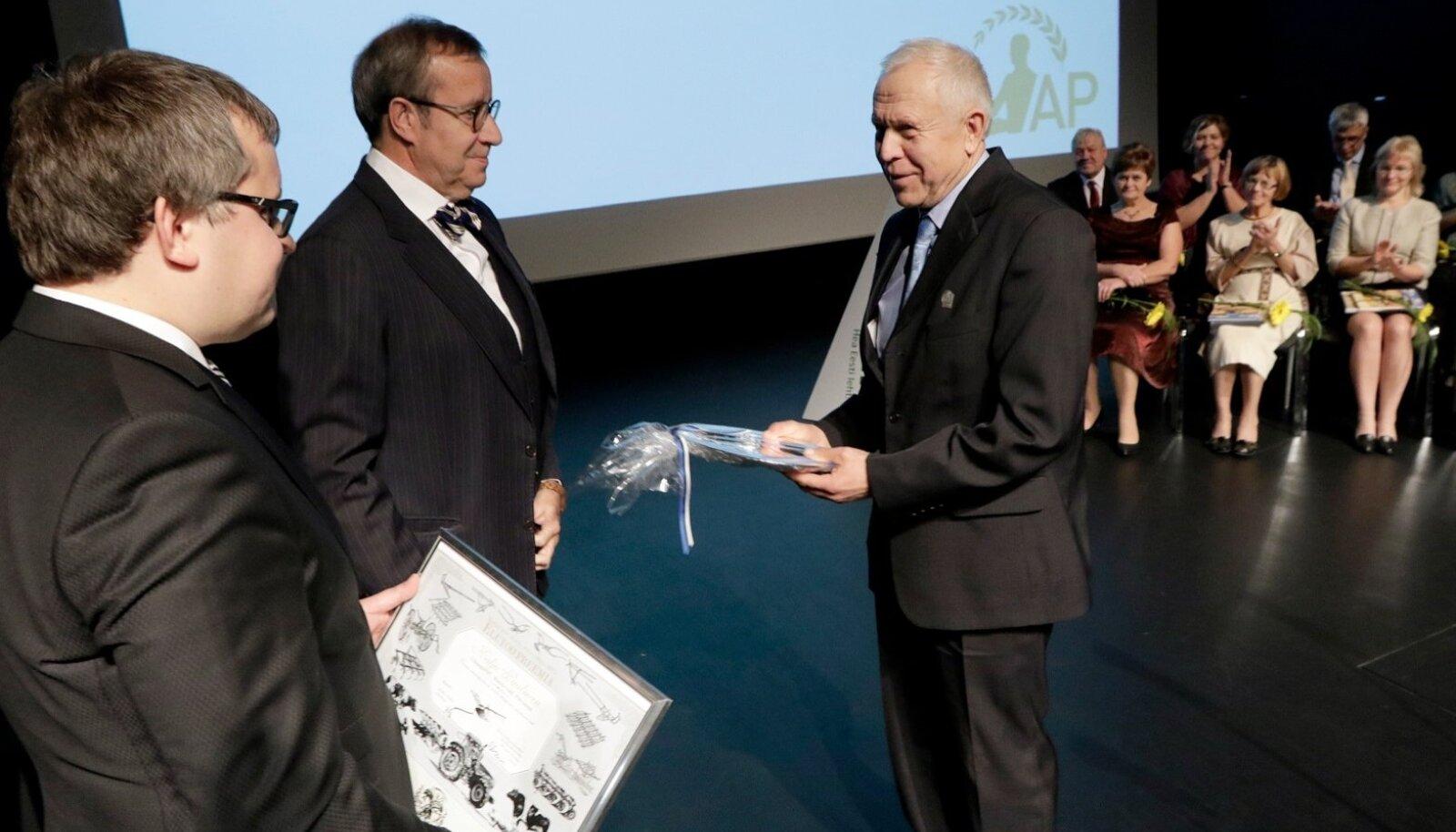 Elutööpreemia andsid linakasvataja Kalju Paalmanile üle president Toomas Hendrik Ilves ja põllumajandus-kaubanduskoja juhataja Roomet Sõrmus.