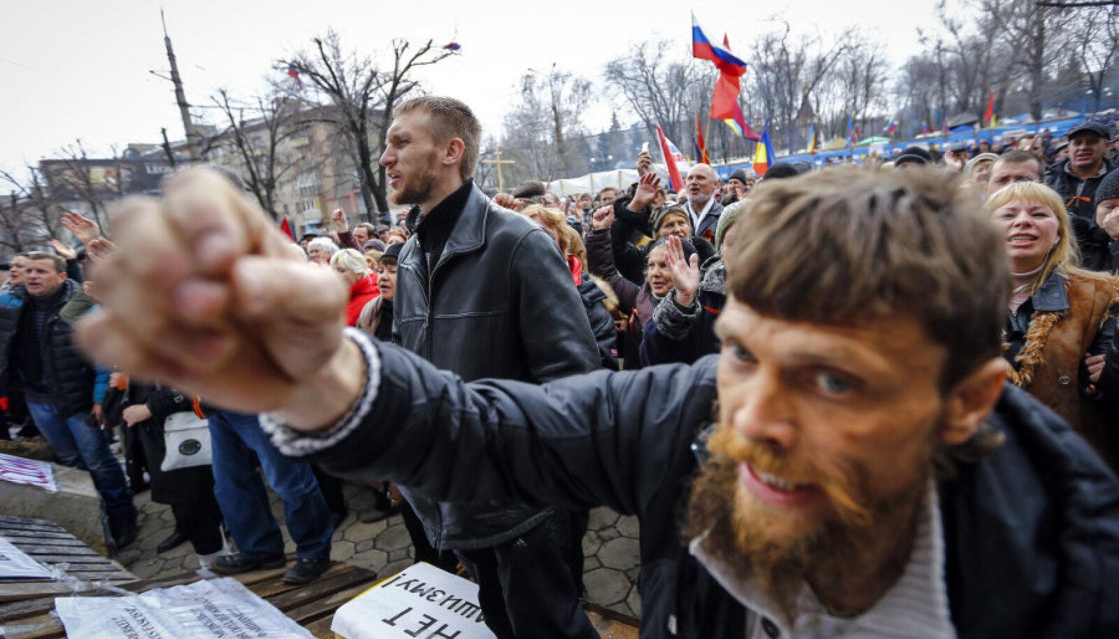 Ida-Ukrainas iseseisva riigi moodustamist peab politoloog Aleksei Tšesnokov võimalikuks Donetski ja Luganski oblasti baasil, millega võib ühineda ka Harkivi oblast. Fotol meeleavaldus Luganskis