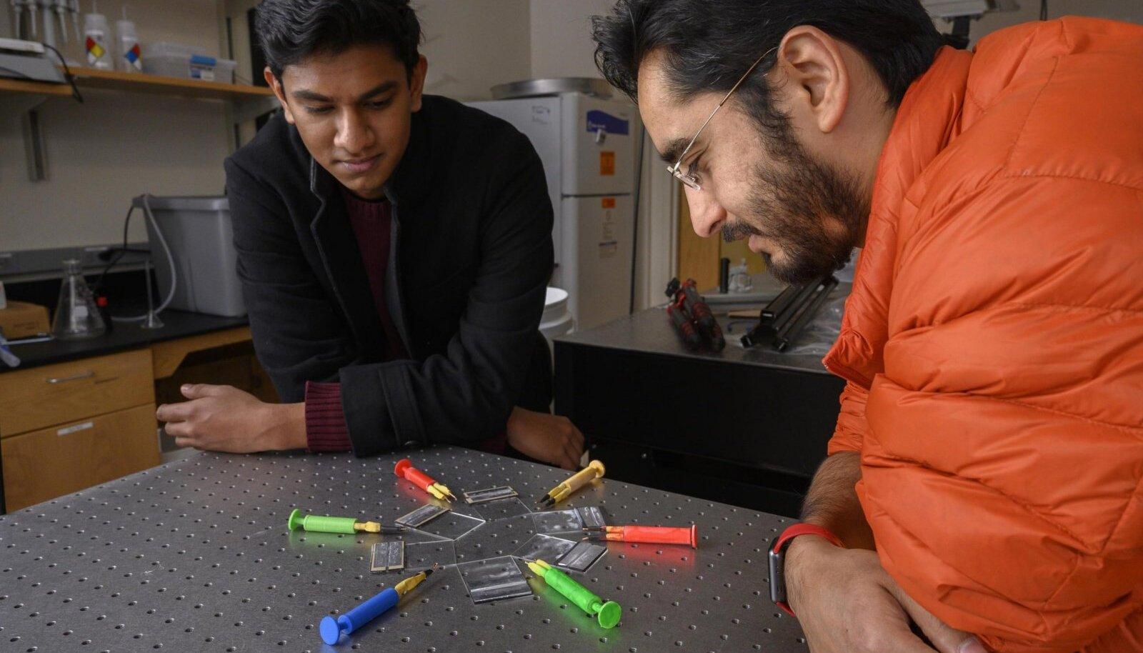 Georgia Techi üliõpilane Gaurav Byagathvalli ja õppejõud Saad Bhamla koos oma ElectroPen'idega. (Foto: Christopher Moore, Georgia Tech)