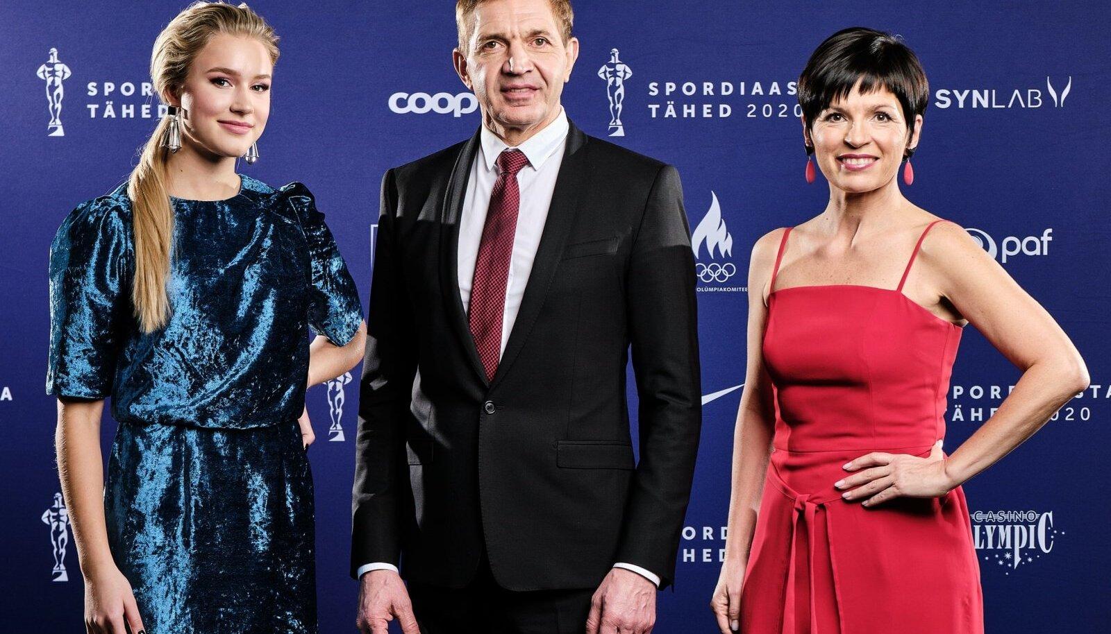 Parim noorsportlane Kelly Sildaru koos EOK presidendi Urmas Sõõrumaa ja parima treeneri Anna Levandiga.