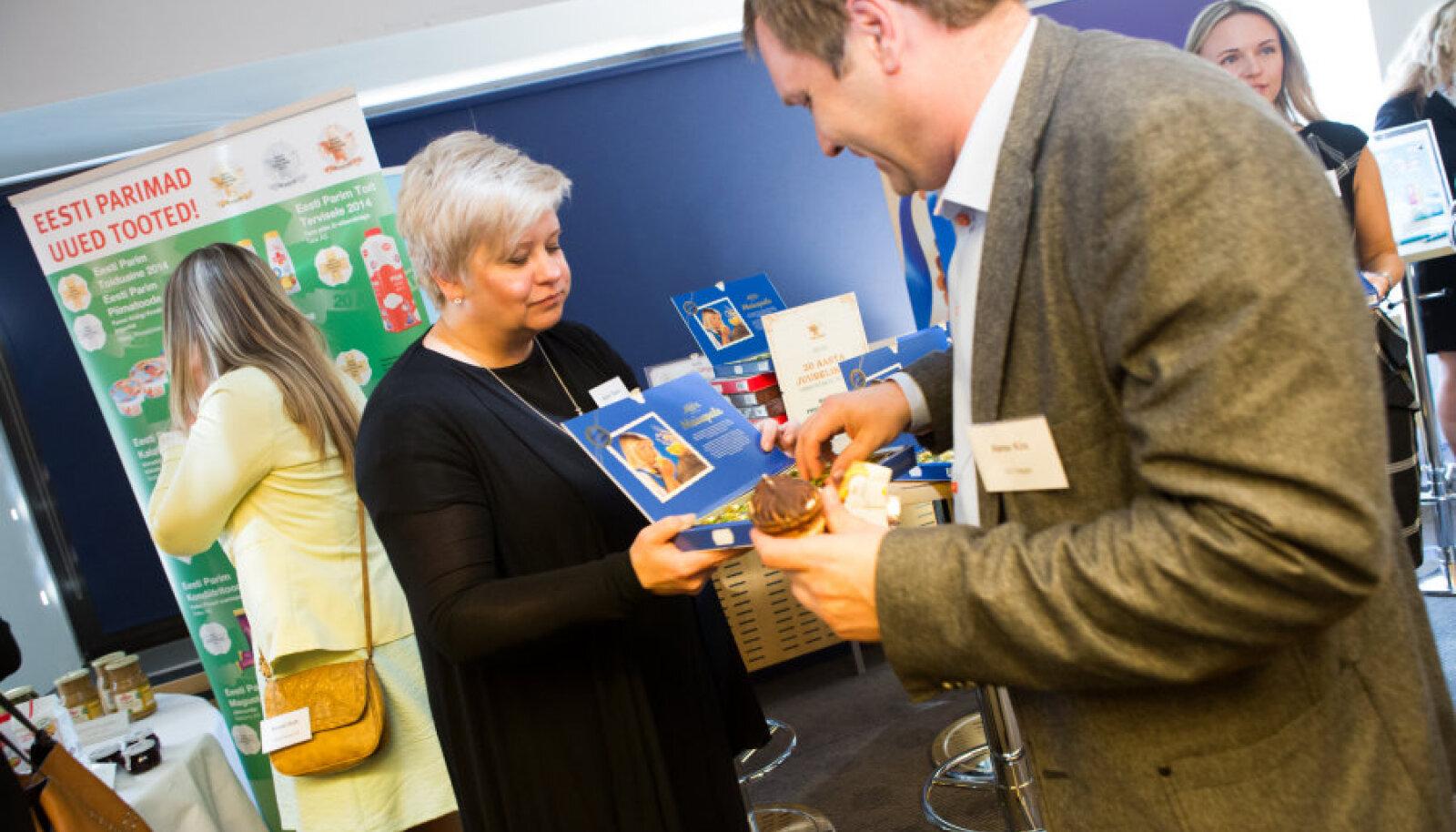 Hagari müügidirektor Rene Kiis võtab peale jäätise maitsta ka Juubelikulla auhinna saanud Maiuspala. Komme jagab AS-i Kalev turundusdirektor Anne Tääkre.