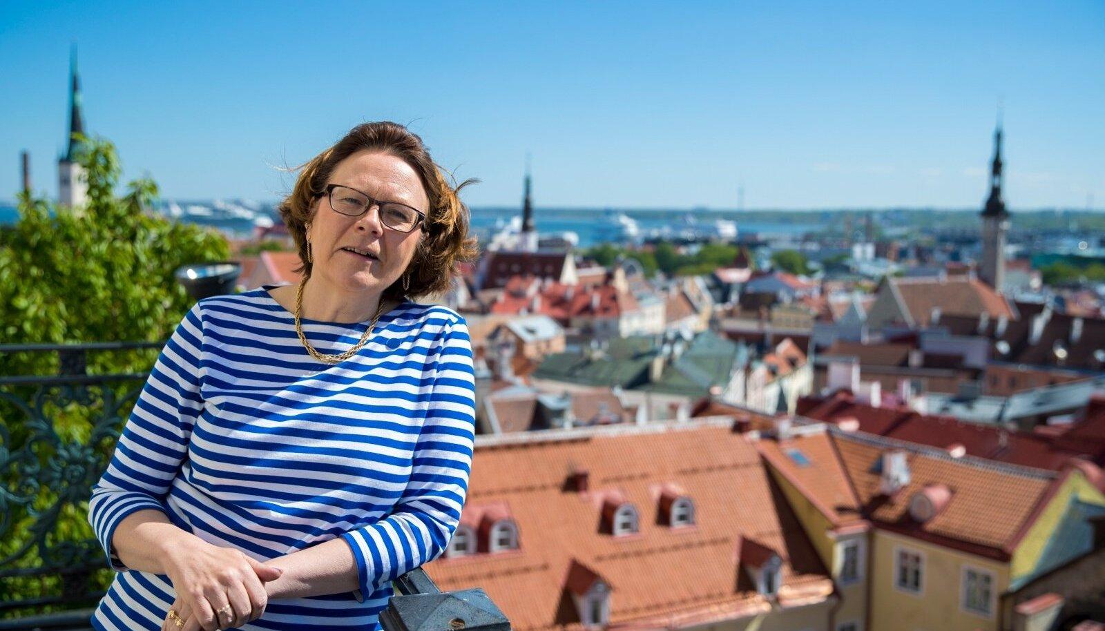 """Mis suursaadikule Eestis meeldib? """"Loodus kindlasti. Mulle mõjub see, et inimesed kannavad siin hästi palju rahvariideid. Soomes seda ei näe. See on väga ilus komme. Ja need teie rahvatantsud… Mina ei kujuta ette, et mu 16-aastane poeg läheks vabatahtlikult koolinoorte laulu- ja tantsupeole tantsima. Sellist raha maailmas ei ole, mis teda sinna meelitaks. Hoidke seda traditsiooni."""""""