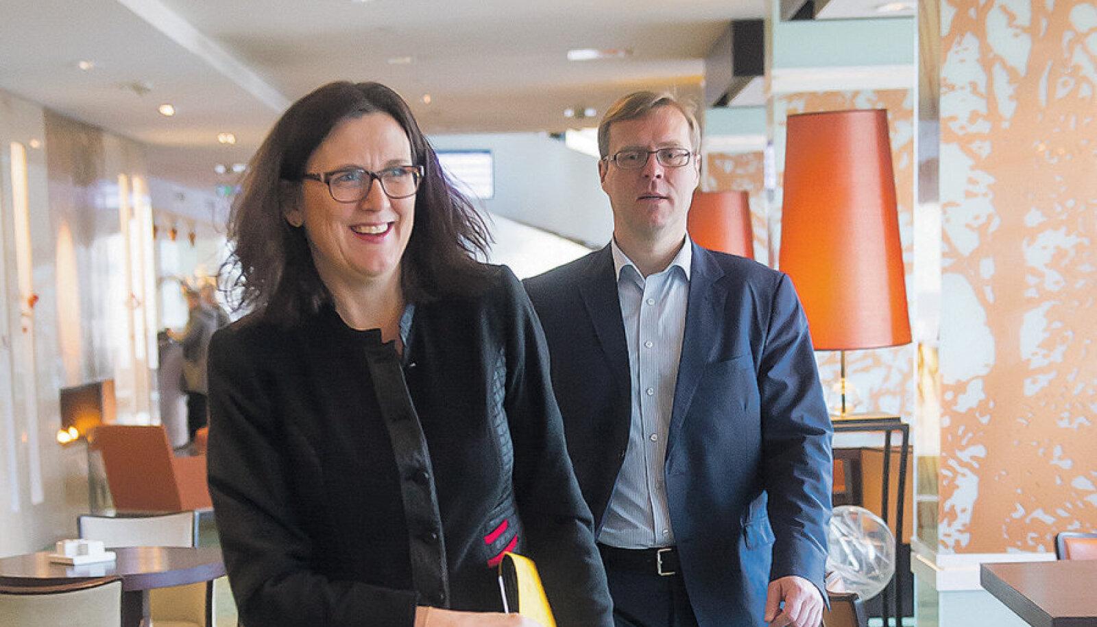 Cecilia Malmstöm ütleb, et ta ei saa sundida riike pagulasi vastu võtma, vaid võib seda üksnes paluda. Tema sõnul peaksid riigid aru saama, et nende inimeste näol on tegemist varaga. Volinikku saadab pildil Euroopa Komisjoni Eesti esinduse juht Hannes Rumm.