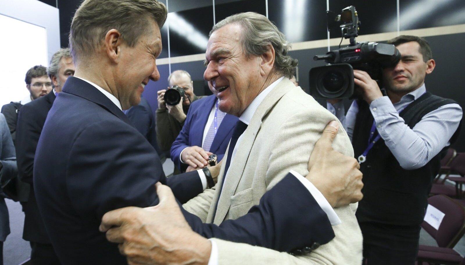 Saksamaa ekskantsler, Nord Stream 2 nõukogu juht Gerhard Schröder (paremal) ja Gazpromi juht Aleksei Miller embasid teineteist juuni alguses Peterburi majandusfoorumil.