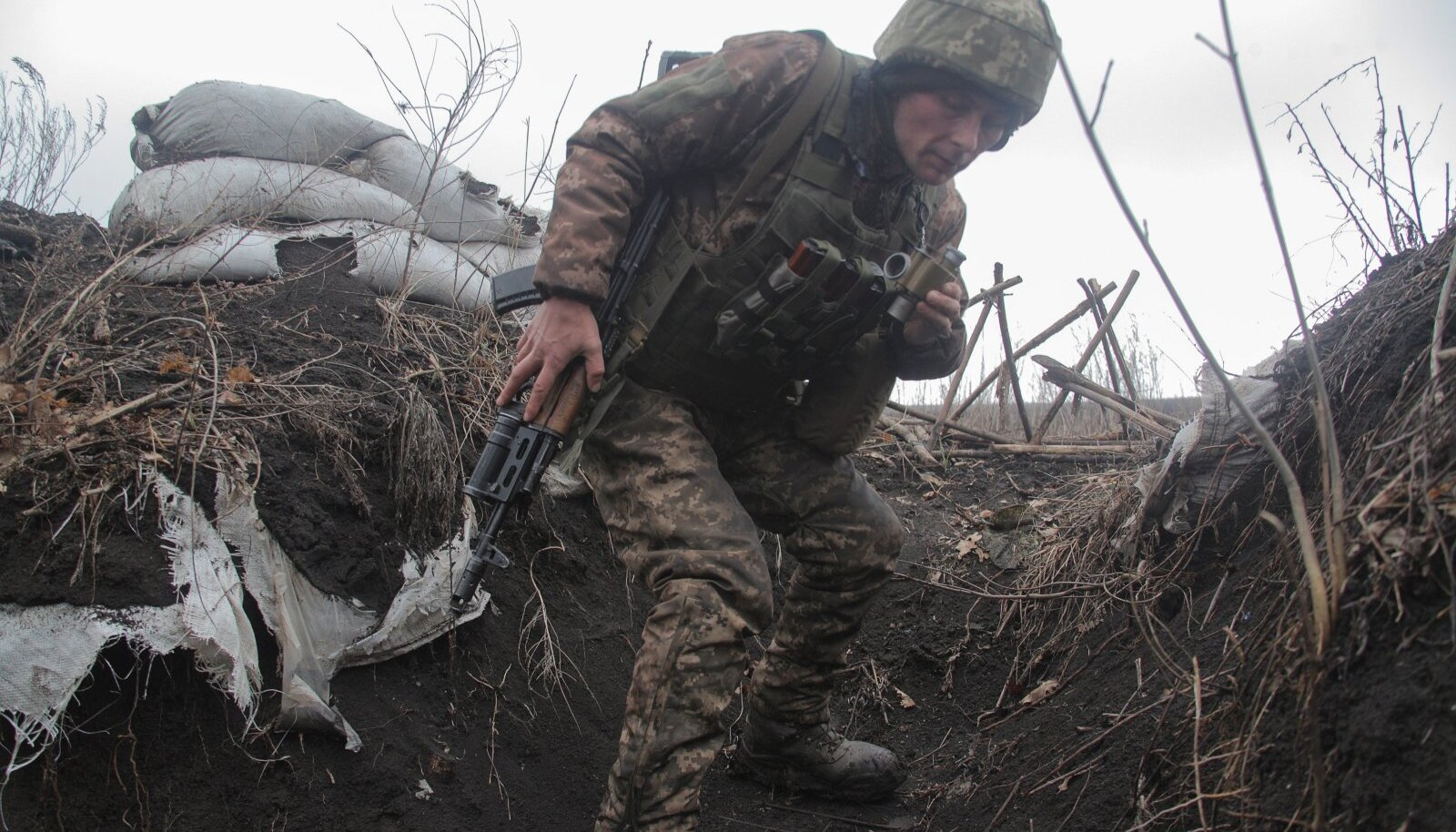OOTUS: Ukraina sõdur Donetski kandis 3. aprillil. Viimati oli suurem tulistamine 26. märtsil Šuma küla juures, kus sai surma neli ukrainlast. Ukraina ülemraada võttis üle-eelmisel nädalal vastu seaduse, mis lubab reserviste sõtta kutsuda mobilisatsiooni välja kuulutamata. Sõditakse, aga justkui sõjaolukorrata. Uus normaalsus?