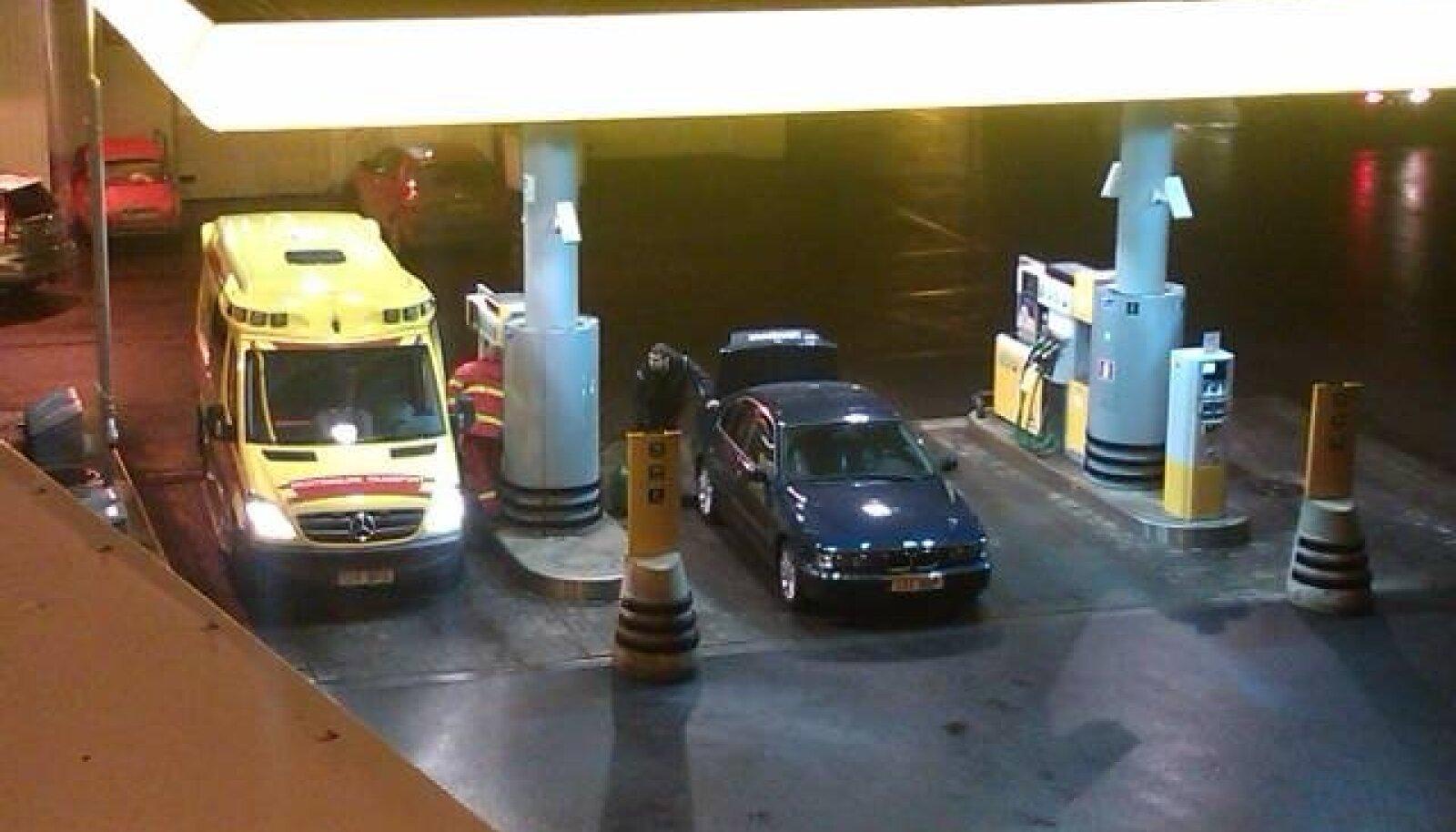 Kiirabi maksis sõiduauto kütuse eest Tulika Alexela tanklas.