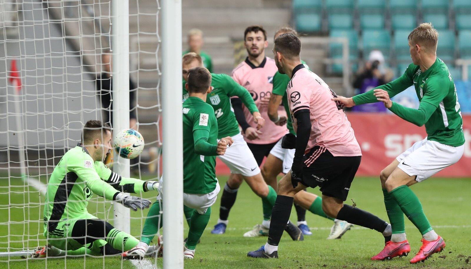 Marko Meerits (väravas) ja ülejäänud Nõmme Kalju (roosas) tiim võitles kõvasti ning sai tiitli poole liikuvalt FC Floralt punkti kätte. Kalju loodab, et see viik annab neile otsustavaks ringiks lisatõuke.