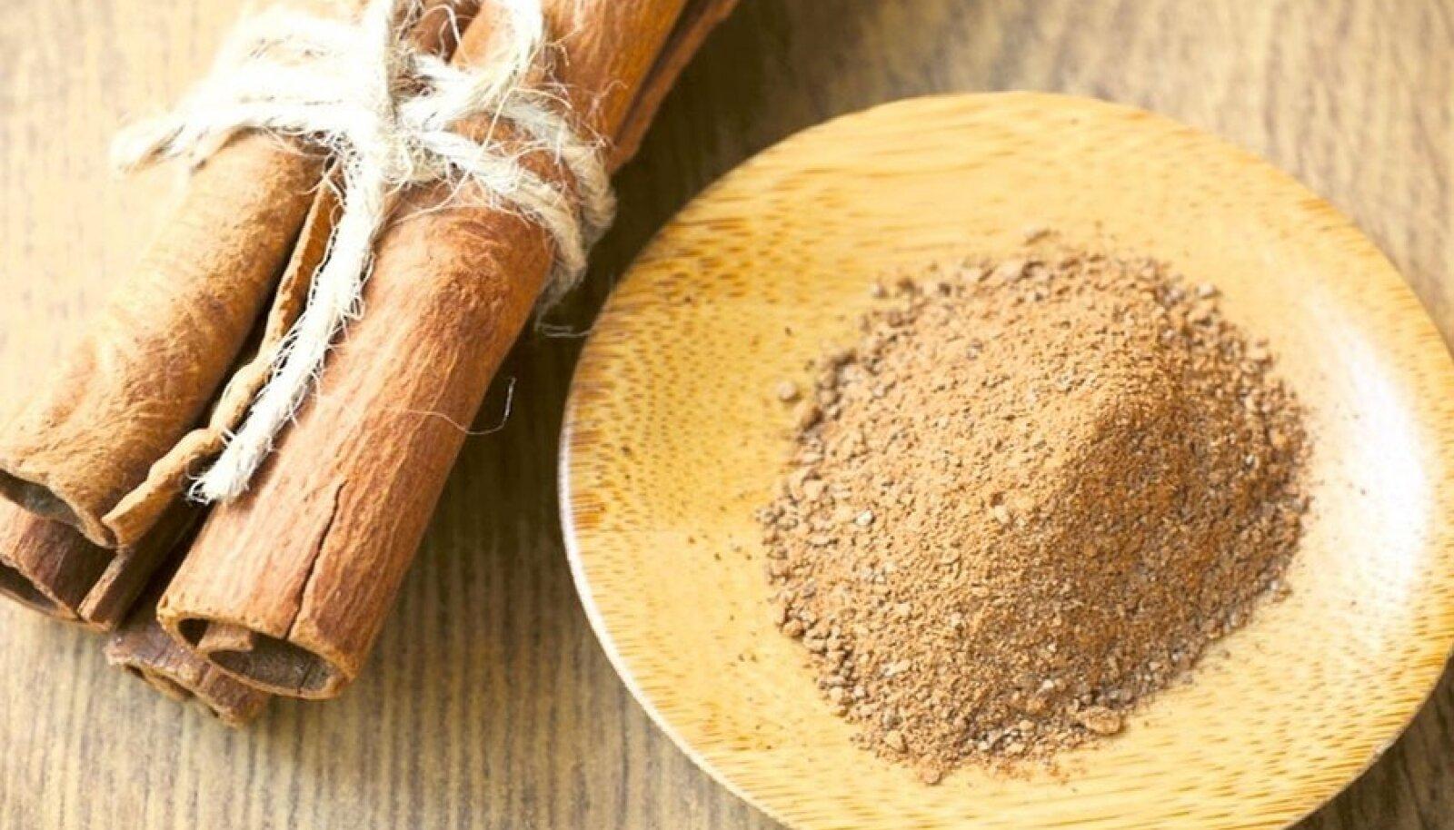 Kaneeli kasutatakse toidu maitsestamiseks jahvatatult, kuid jooke ja magustoite võib maitsestada ka kaneelikoore tükikeste või torukestega.