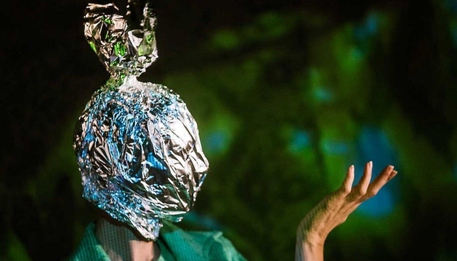 """""""Äralennuvälja"""" meeleavaldus: Lavastuse ühes keskses stseenis peavad fooliumisse pakitud peadega punkarid (fotol Kristel Leesmend) järjekordse meelavalduse plaane."""