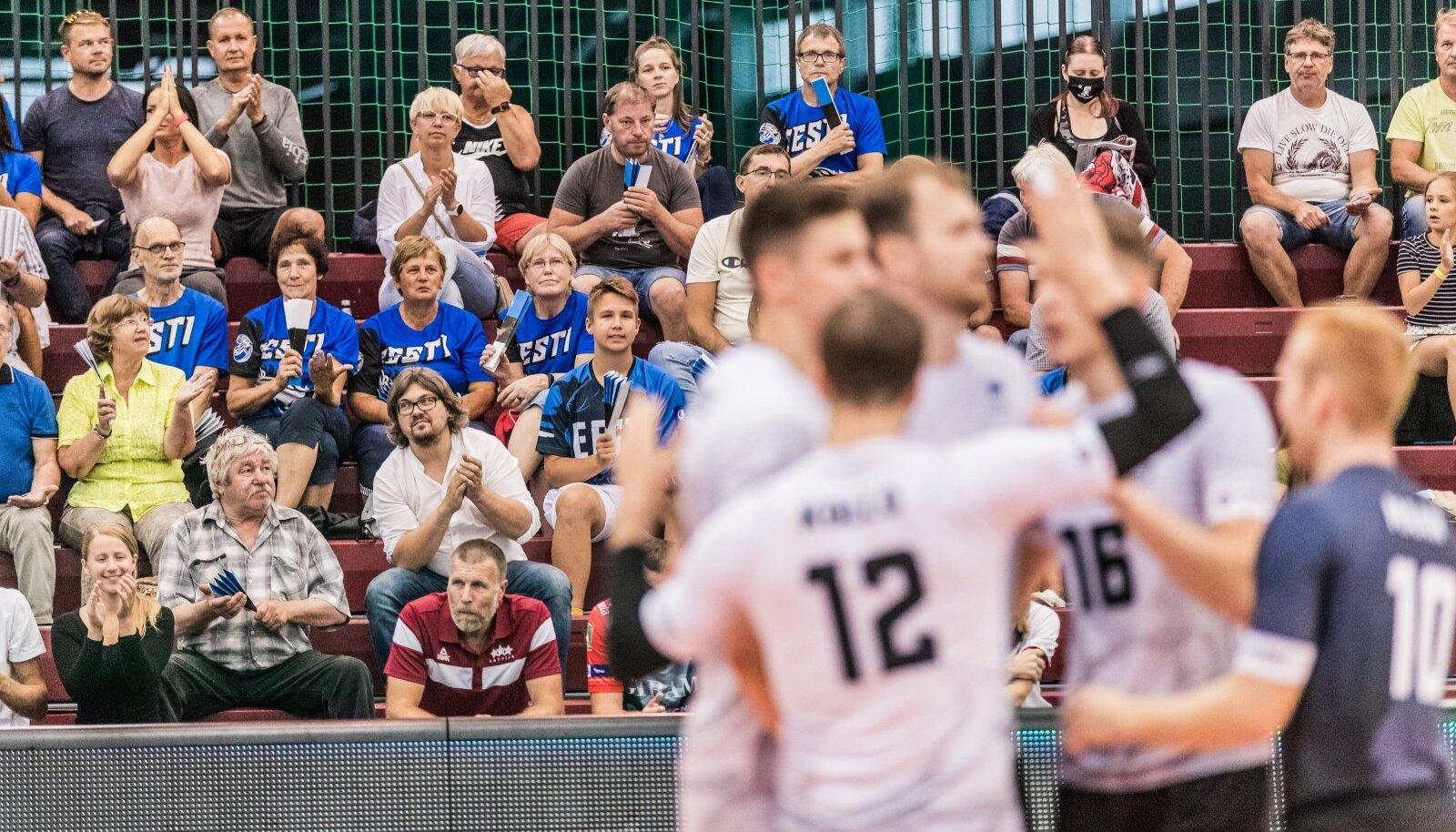 Fännid Eesti võrkpallikoondisele kaasa elamas.