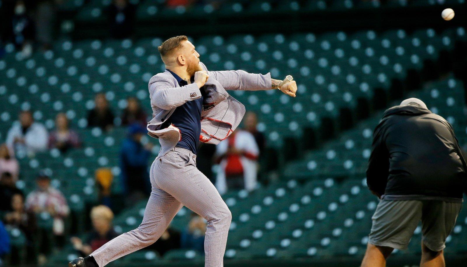 Conor McGregor Chicago Cubsi koduareenil avaviset sooritamas.