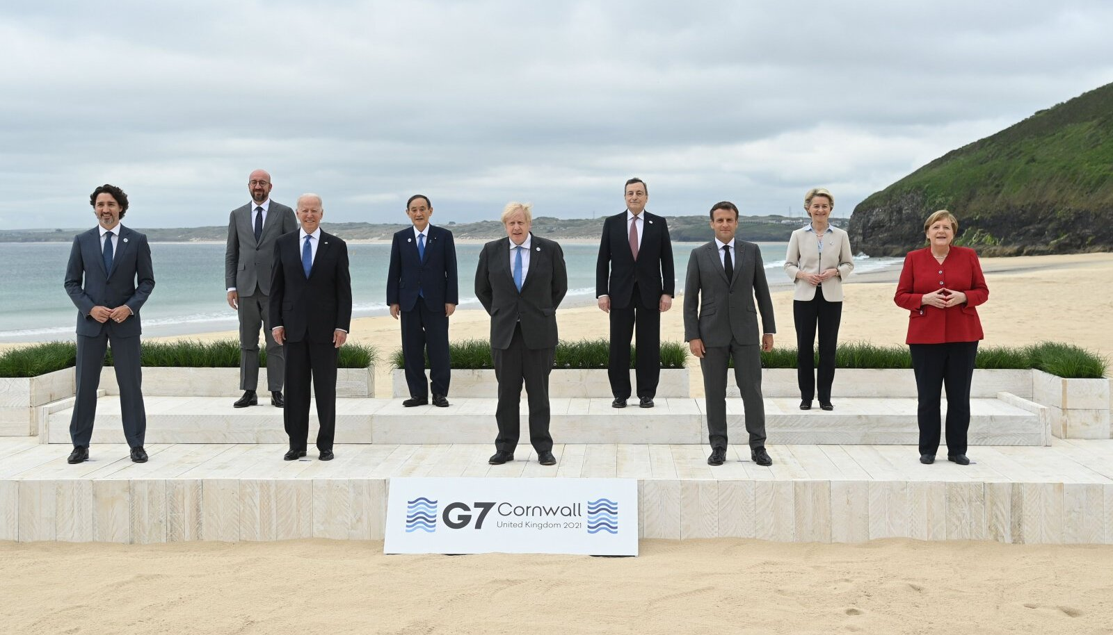 G7 riikide liidrite eilne ametlik ühisfoto Cornwalli rannas.