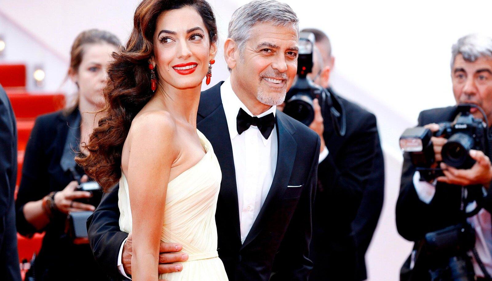 Clooney jahtis Amali mitu kuud, enne kui too oli nõus temaga kohtuma. Seitse kuud pärast kohtumist otsustati abielluda.