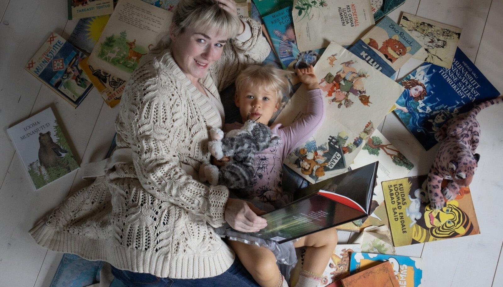 """Tuuli Jõesaar oma tütrega nõukogude ajal välja antud lasteraamatute keskel, mis ei osutunudki nii """"ohututeks"""", kui esmapilgul arvaks."""