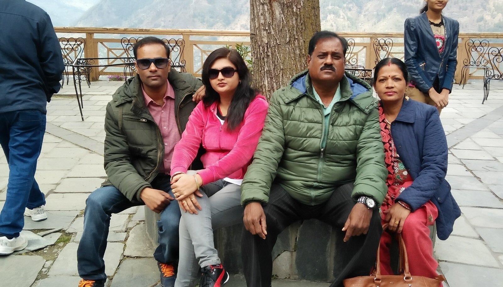 Vishal Sahu (vasakul) koos abikaasa ja vanematega perepuhkusel. Puhkus Euroopas jäi neil aga ära, sest Eesti piirivalve saatis nad koju tagasi.