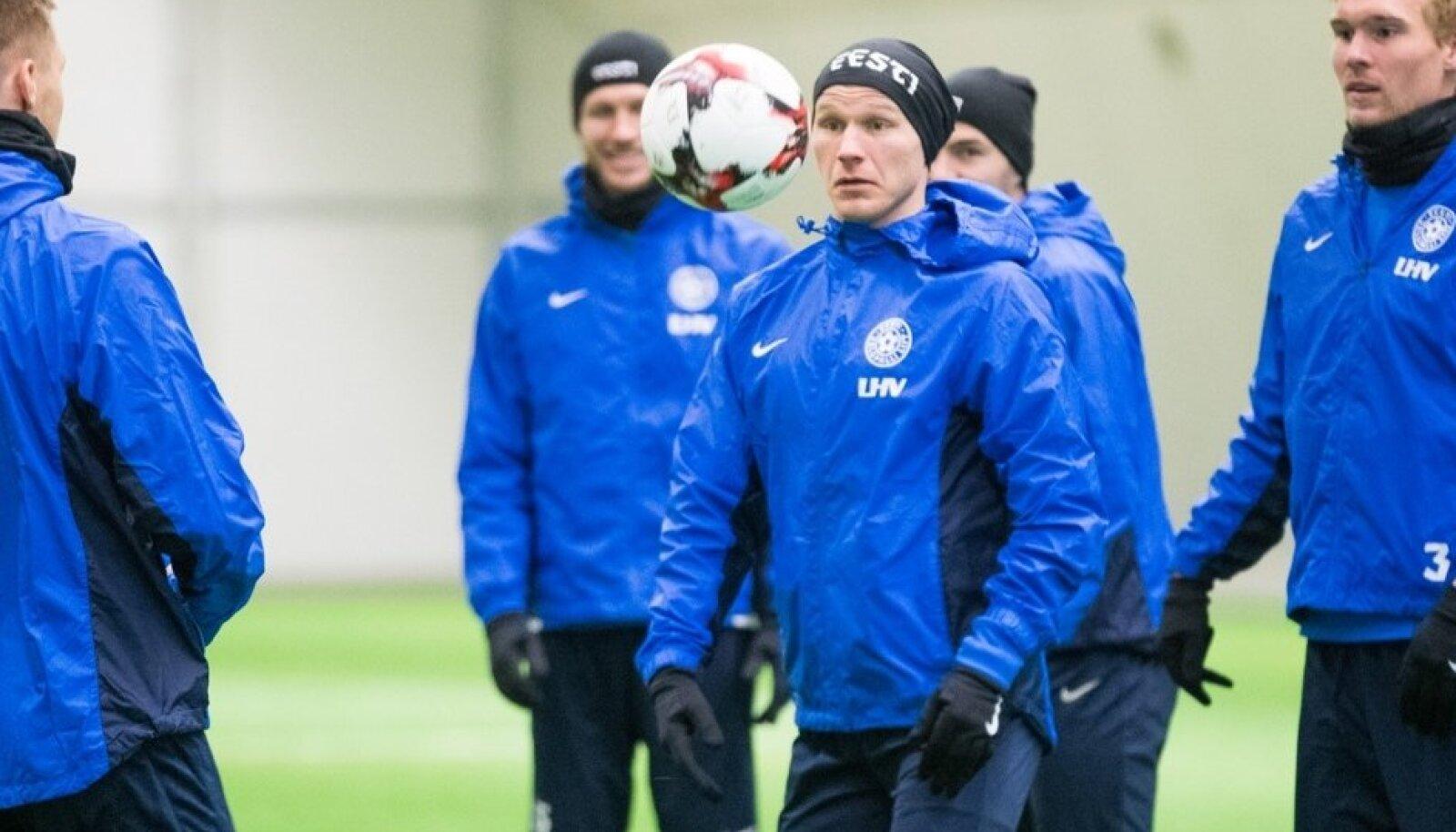 Eesti jalgpallikoondise treening sisehallis enne mängu Belgiaga