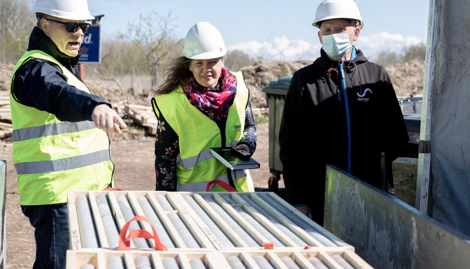 Energiasalv Pakri OÜ juht Peep Siitam (vasakul) ja inseneribüroo Steiger puurimisosakonna juht Meelis Peetris (paremal) näitasid möödunud teisipäeval loo autorile Paldiski külje all olevalt alalt välja puuritud puursüdamikke.