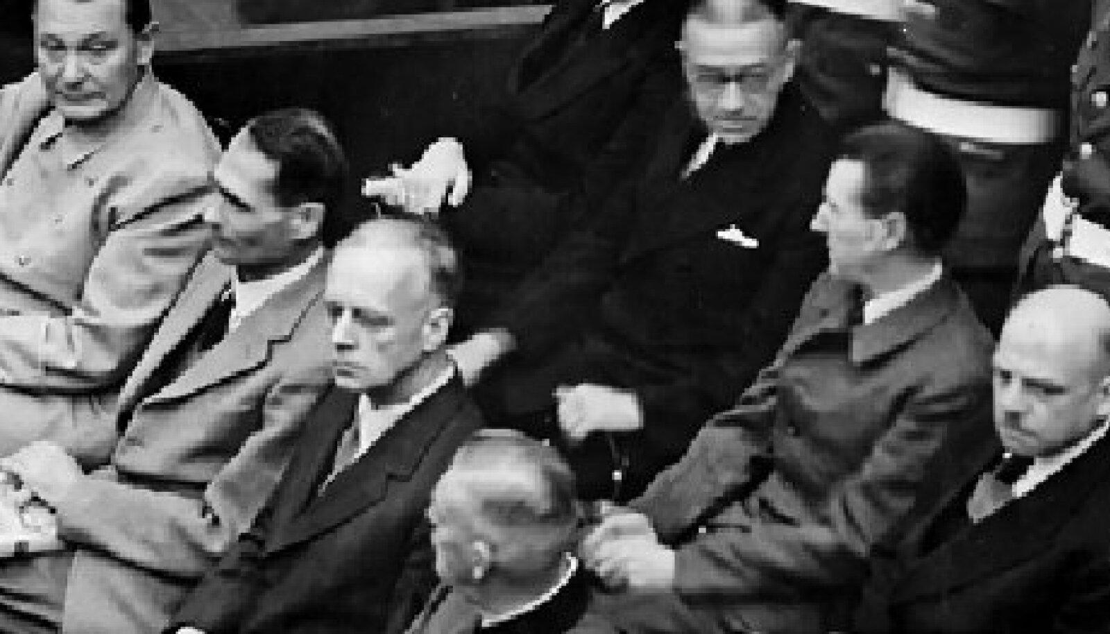 Aili Helmi nime all ilmunud romaanid nõuavad oma tegelaste suu kaudu, et Nõukogude võimu üle kohut mõistetaks. Selliste õigusemõistmiste eeskuju on loonud Nürnbergi protsess (1945–1946) (pildil kohtualused natsid).
