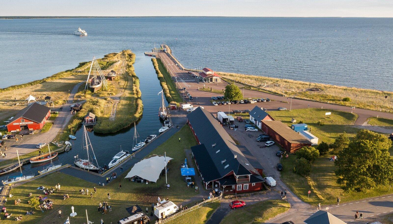 Üritused täidavad Sõru jahisadama suviti meluga, samuti peetakse sadama kaudu laevaühendust Saaremaaga.