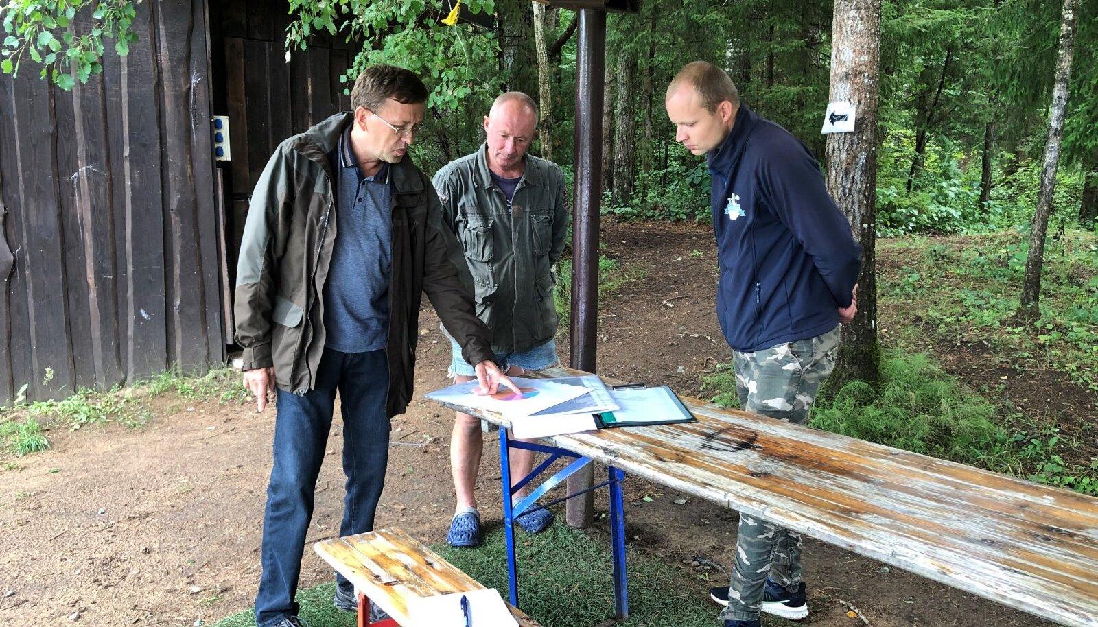 Augustis toimunud arutelu Harjumaal Paunküla Heaolukeskuse juures. Sealse keskuse töötajad tundsid muret, et raiuma hakatakse metsatukas, kus nad <em>paintball</em>'i-mänge korraldavad. Metsaülem Andrus Kevvai (vasakul) kinnitas, et seda ei tehta.