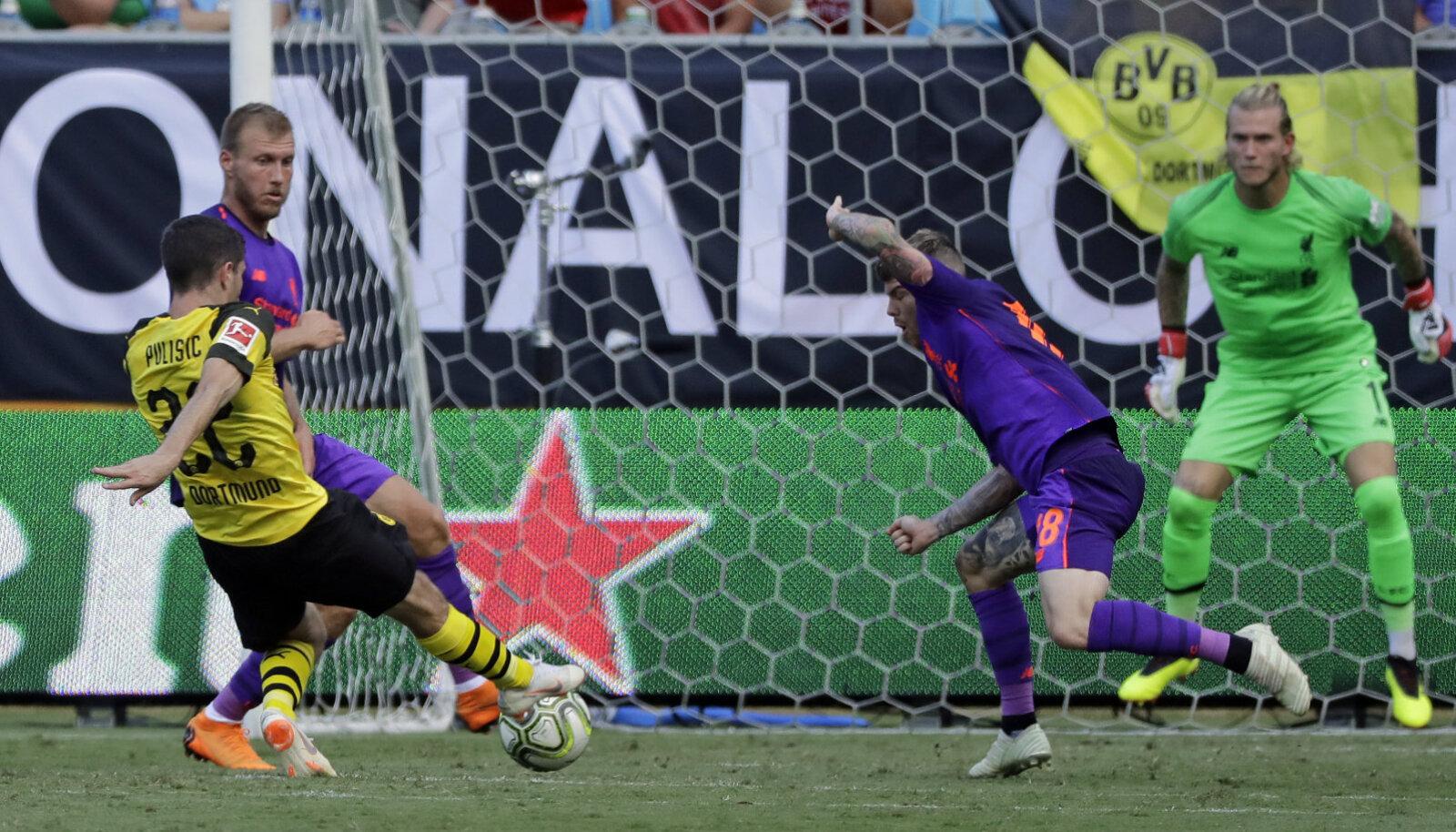 Christian Pulisic mängimas Liverpooli kaitsjate vastu