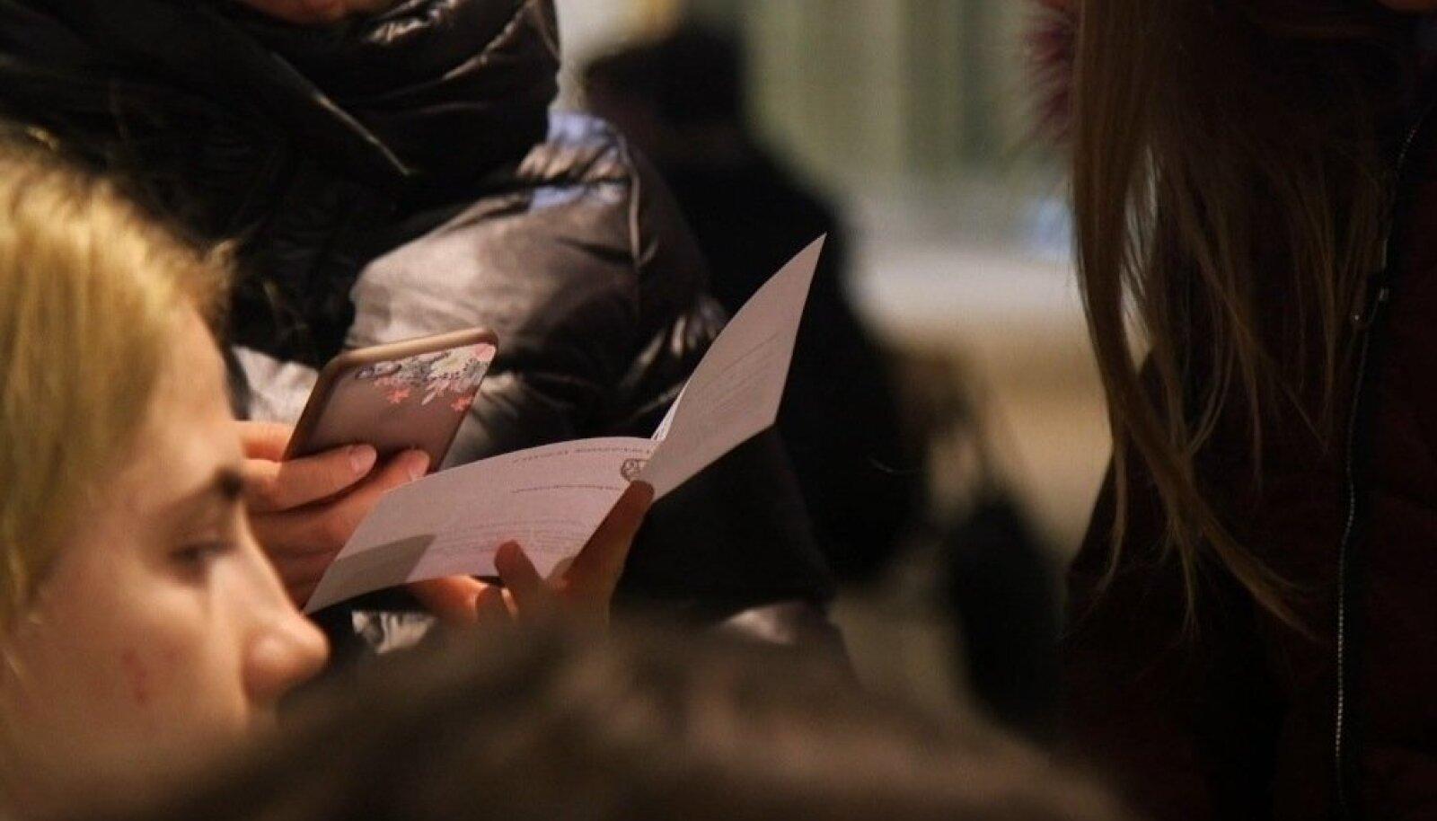 Ukraina pealinnast Kiievist saabunud tüdrukud olid rõõmsad, neil olid käes töölepingud.
