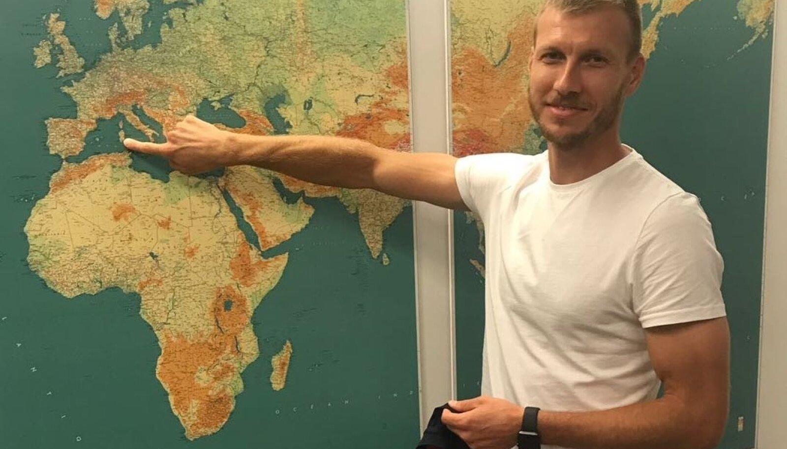 Ragnar Klavan demonstreerib, kus on järgnevatel aastatel tema kodukoht.