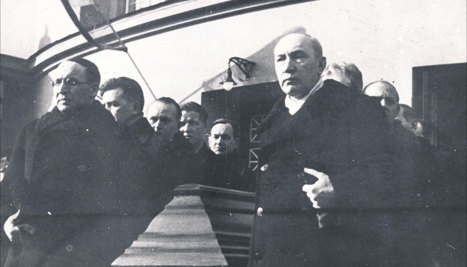 A. H. Tammsaare  põrm saadeti  5. märtsil 1940  Estonia teatrist  Metsakalmistule.