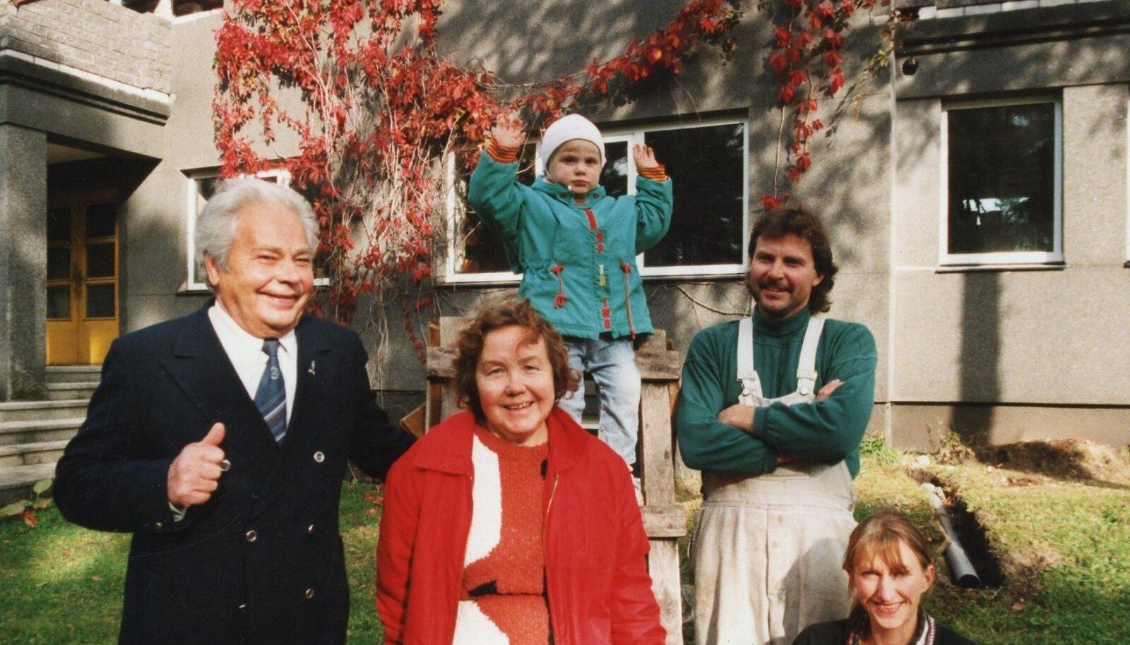 Heinrich Sammelselg (vasakul) koos perega, sh poja Ahti Sammelseljaga.