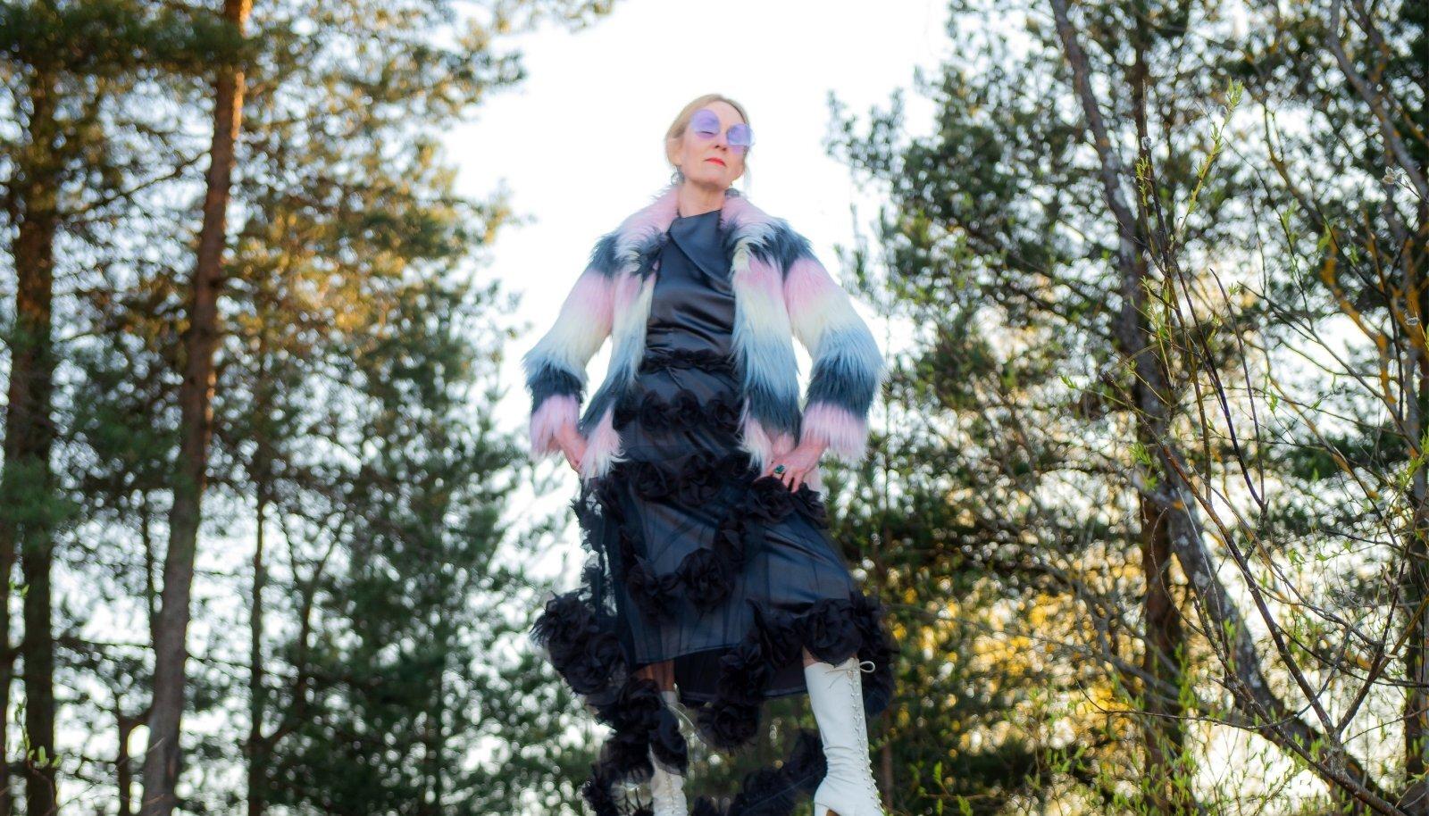 Ema õmmeldud kleit Fabergé balli jaoks, peal Londoni kirbuturult soetatud jakk. Prillid ostetud juba plikatirtsuna 70ndate lõpus, hinnaks poolteist rubla.
