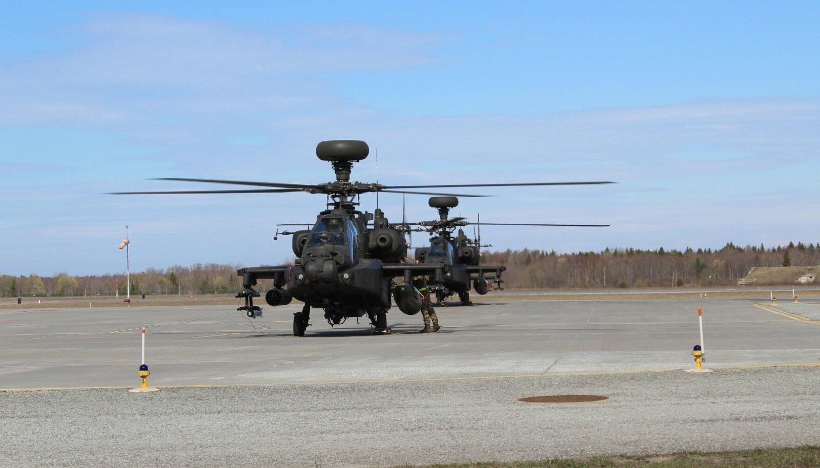 Ühendkuningriigi maaväe ründekopterid Apache.