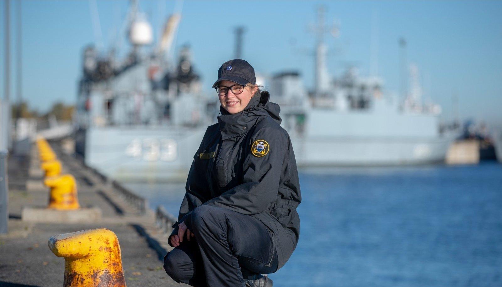 Madrus Malk poseerib sõjalaeva taustal. Praeguseks on ta ühes kaaslastega merel.