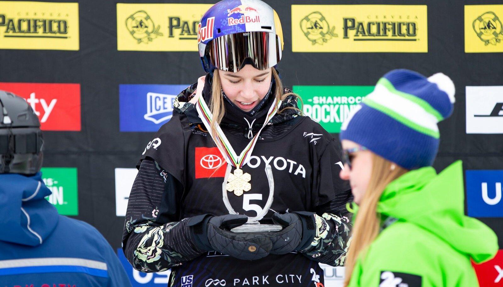 Kelly Sildaru 2019. aasta rennisõidu maailmameistrina.