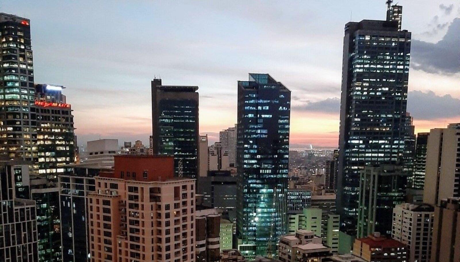 Päikeseloojang Manila kodu rõdult