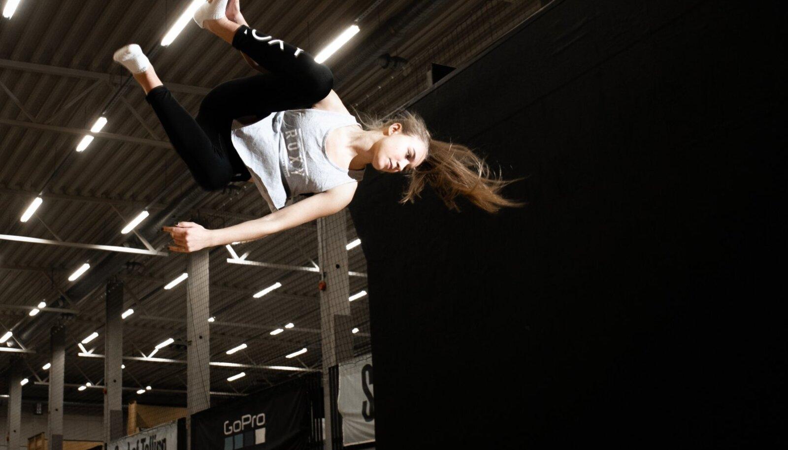 Enne võistlusturneele lendamist harjutas Kelly Sildaru koduses Spot of Tallinnas batuudil trikke.