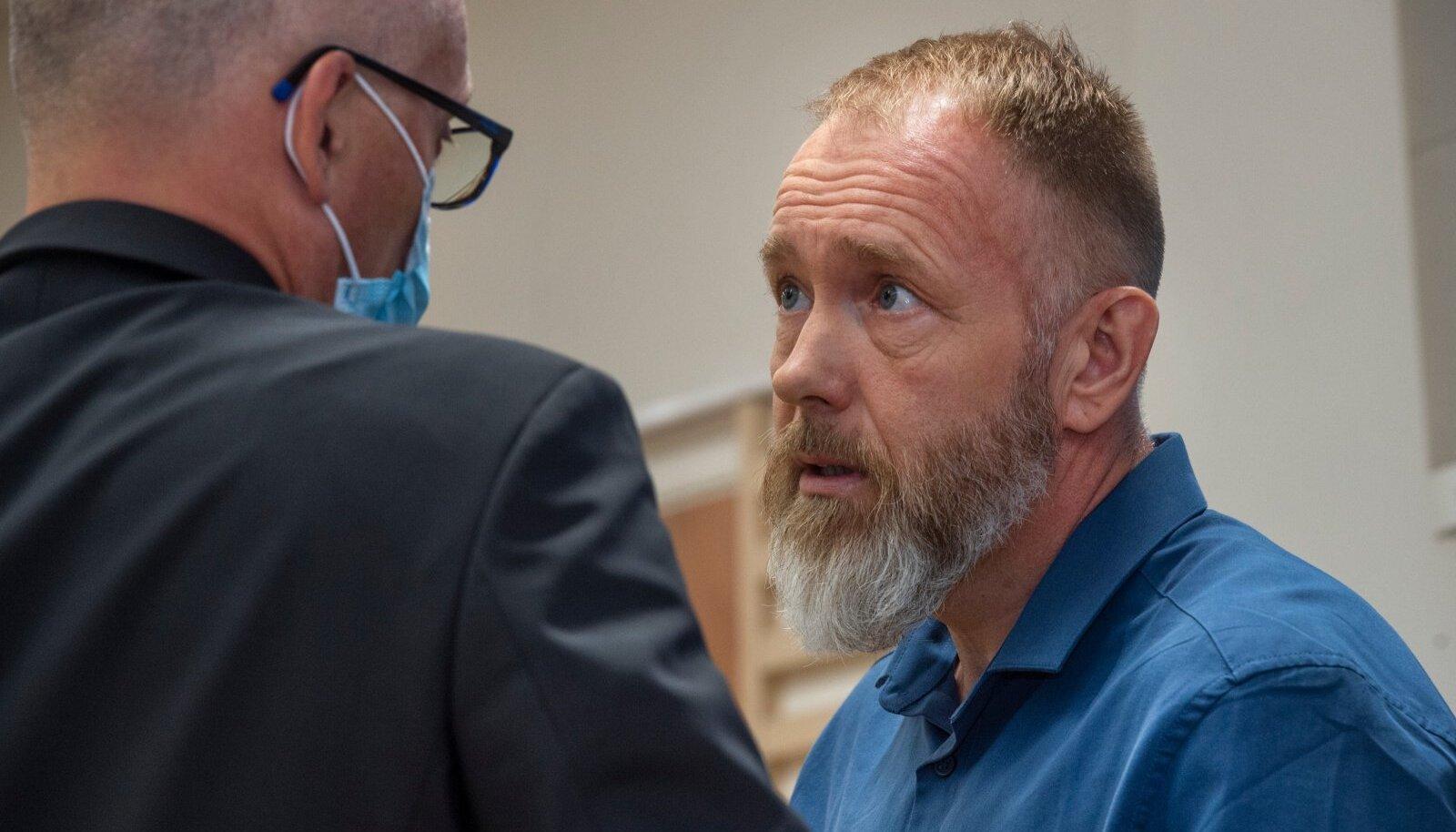 MIS SAAB EDASI? Advokaat Teet Veer ja kolme inimese mõrvakatses süüdi mõistetud Indrek veidi enne kohtuotsuse kuulutamist Harju maakohtus.