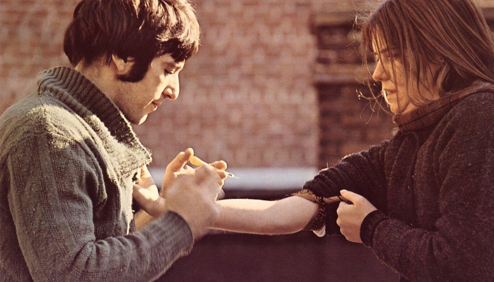 """PAANIKA NÕELAPARGIS: Al Pacino (vasakul) oma filmikarjääri alguses filmis """"The Panic in Needle Park"""" (1971), kus ta kehastab heroiinisõltlast Bobbyt. Tema armastatu, kaassõltlase Heleni rollis Kitty Winn."""