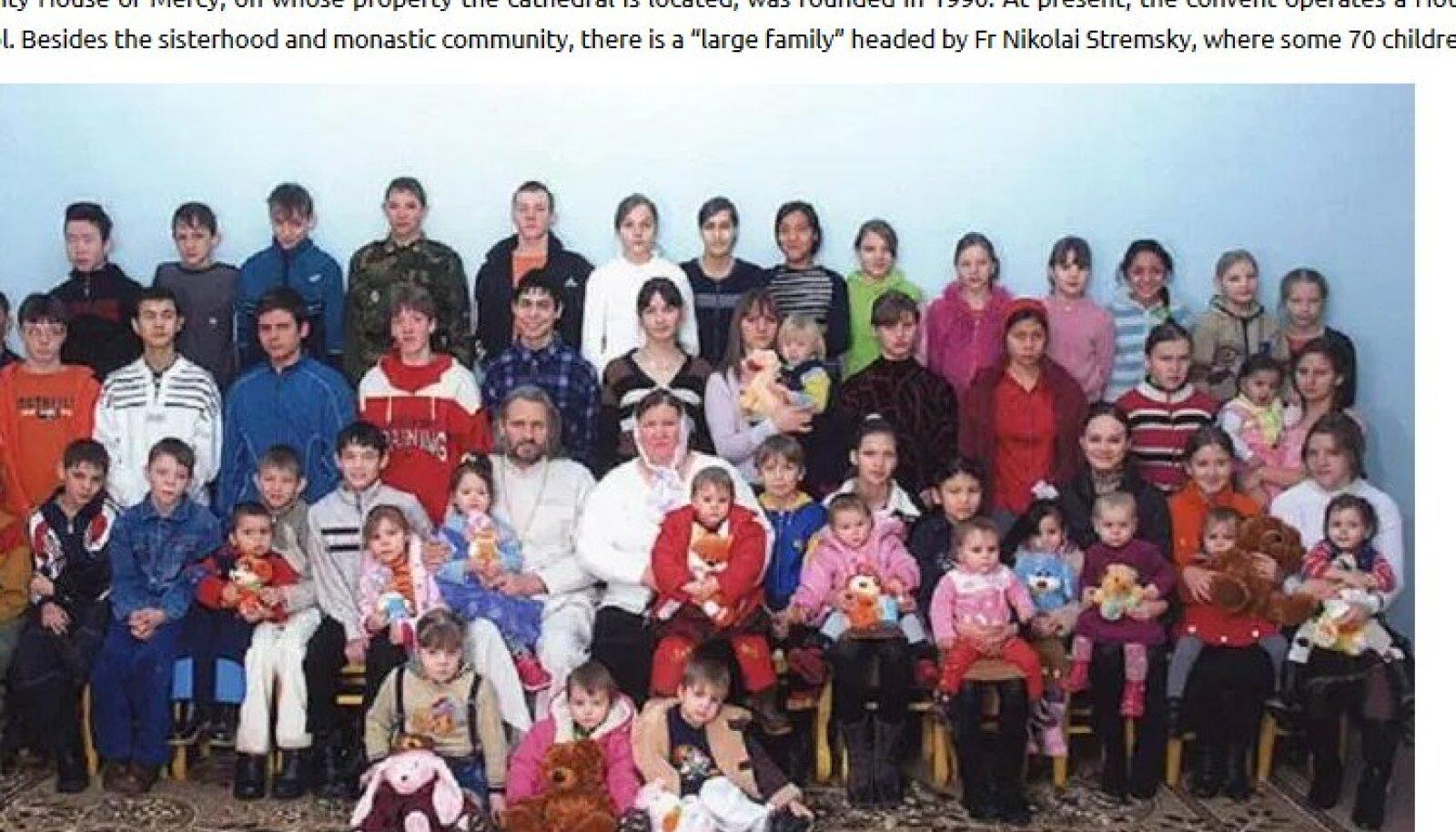 Isa Nikolai üheksa oma lapse ja adoptiivlastega.
