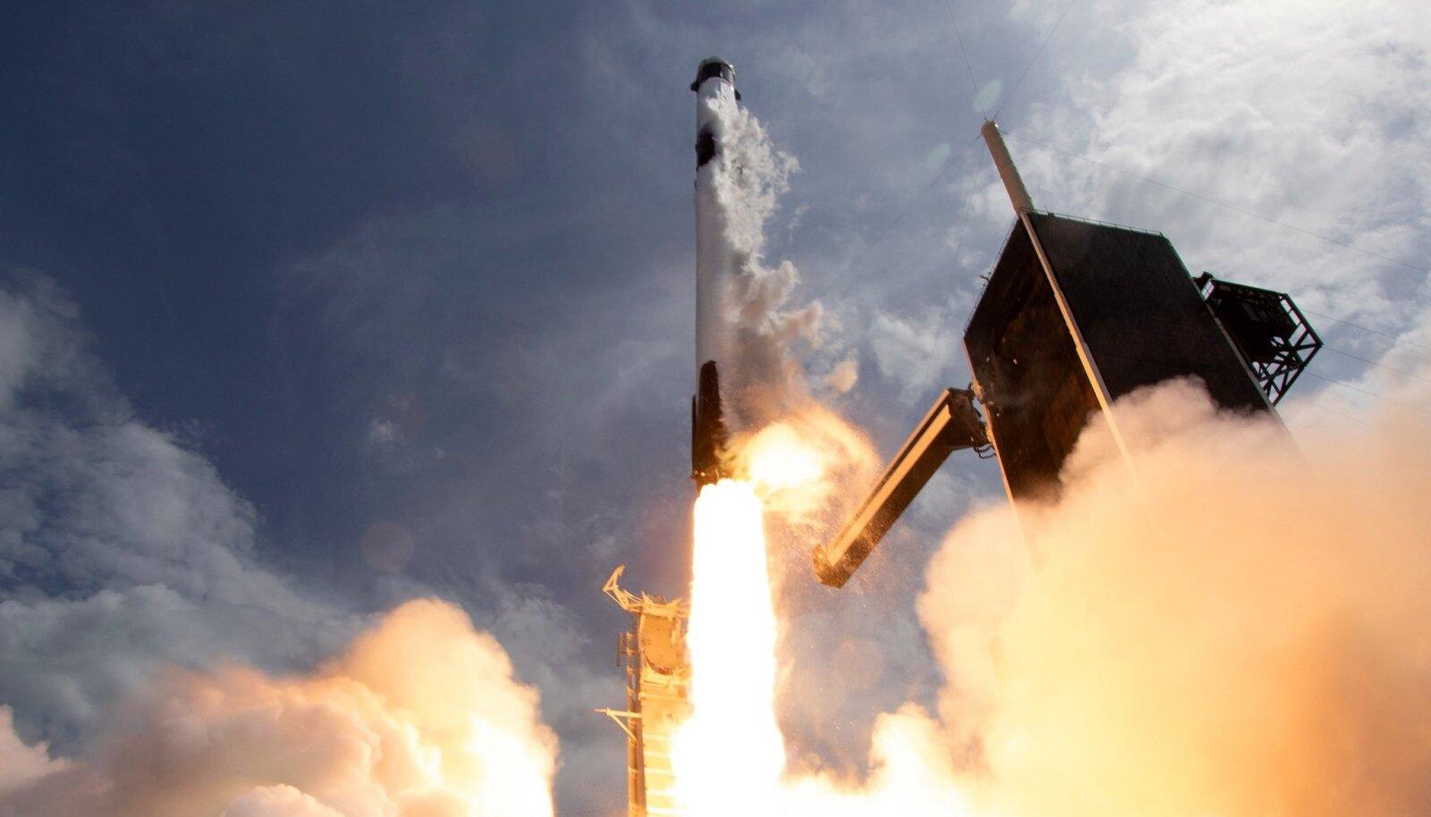 """PISTRIKU START: Raketi nimi Falcon tähendab inglise keeles """"pistrik"""" ja see on ilmselgelt poeetiline ilustus. Kanderakett on tegelikult nagu tubli tööhobune, kelle ülesandeks on toimetada Maa-lähedasele orbiidile kuni 16tonniseid koormaid."""