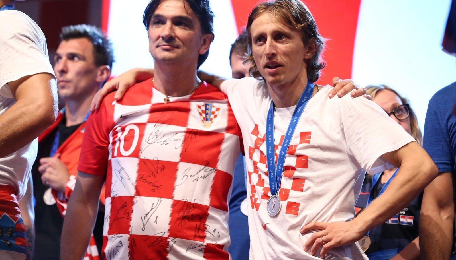 Peatreener Zlatko Dalić ja kapten Luka Modrić tähistavad 2018. aasta MM-hõbedat. Samad mehed juhivad Horvaatia koondist ka nüüd.
