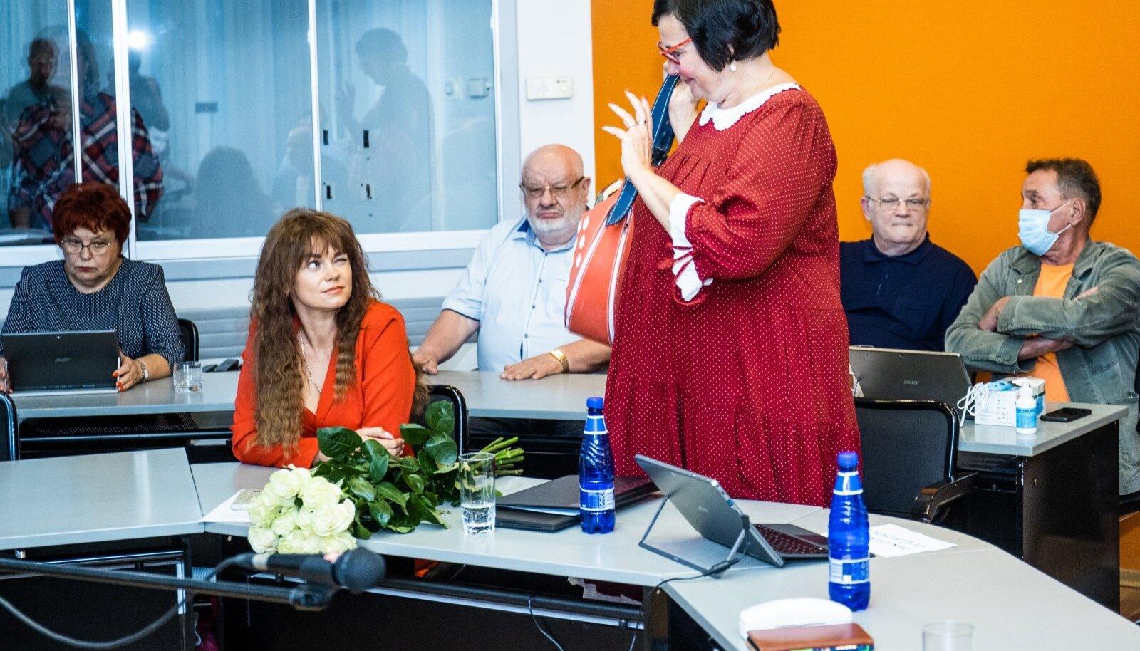 Вотум недоверия выразили и заместителю председателя Нарвского горсобрания Нарвы Яне Кондрашовой (слева).