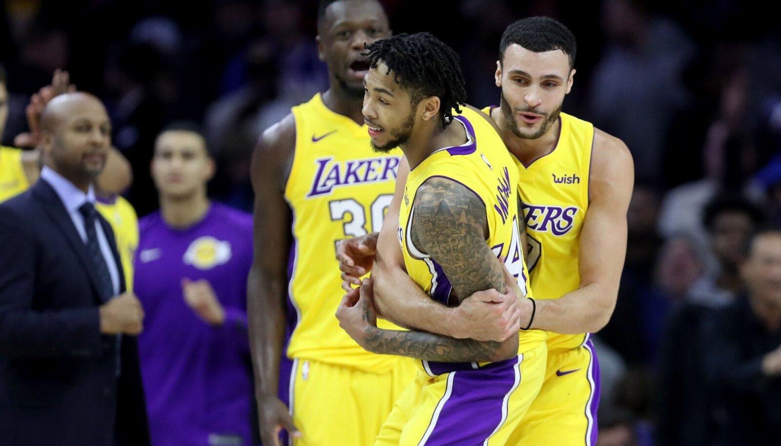 Lakersi mängijad Brandon Ingrami viset tähistamas