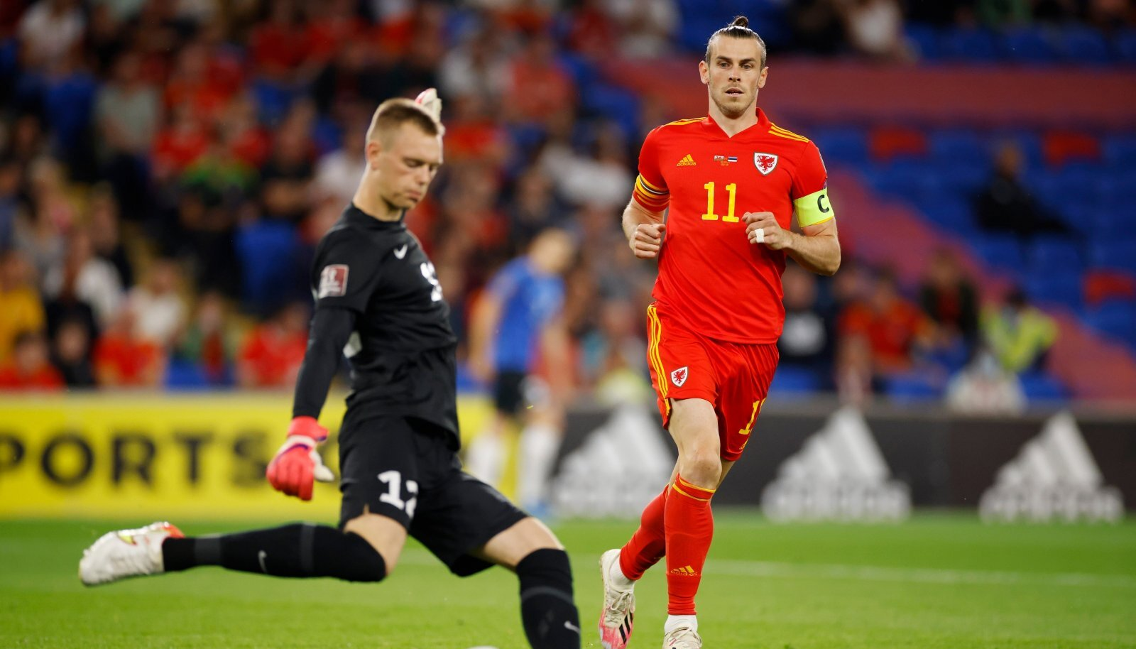 Gareth Bale jälgimas Karl Jakob Heina tegemisi.