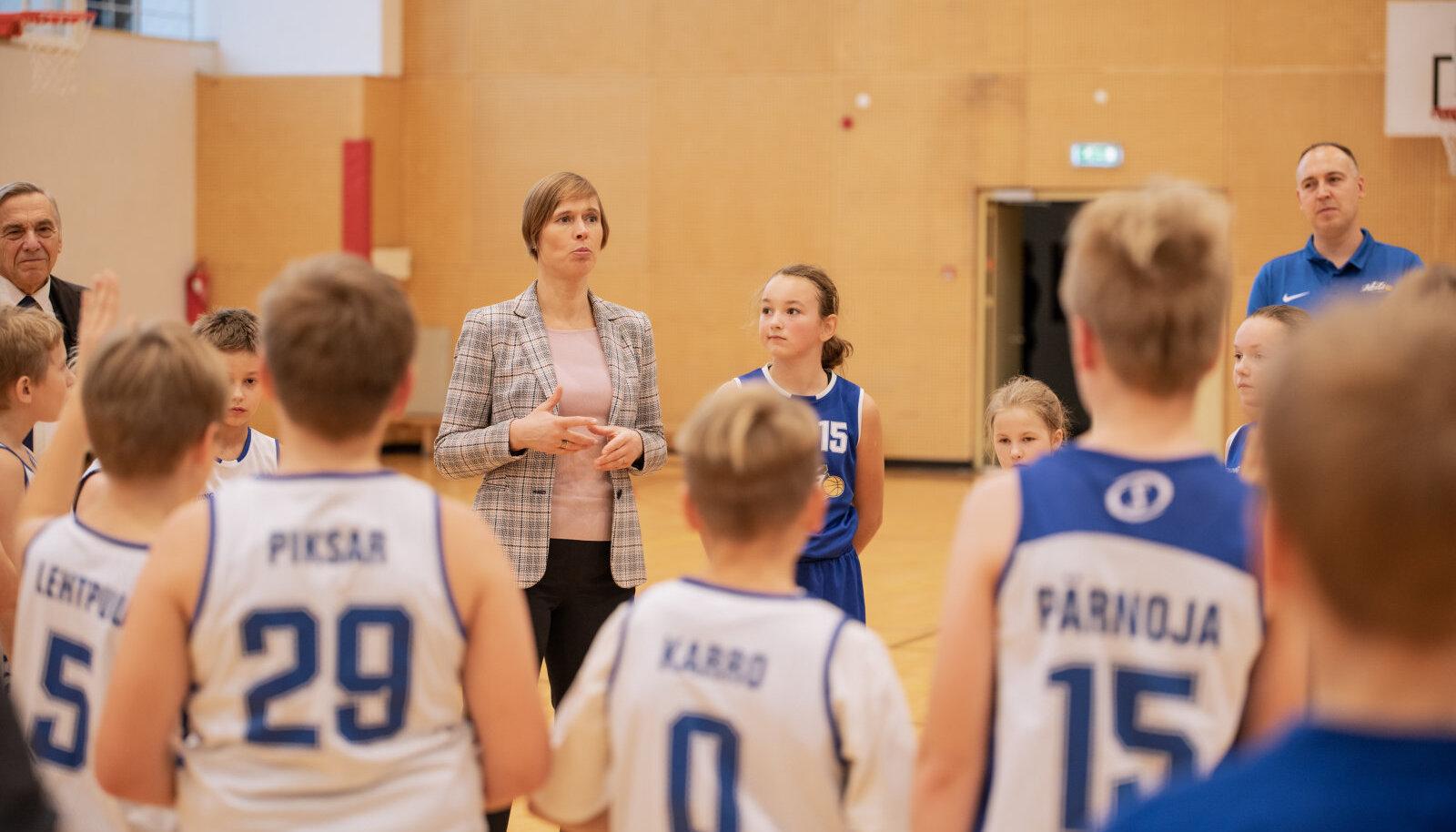 Kersti Kaljulaid Keila korvpallikoolis.