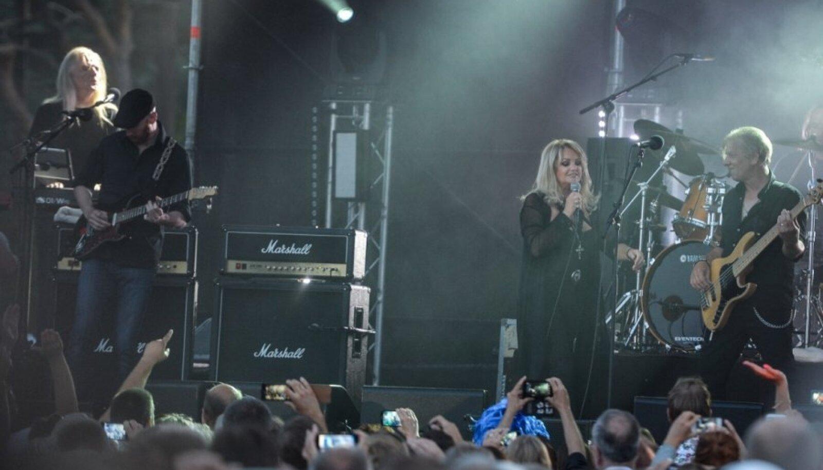 Bonnie Tyleri kontserdil Lohusalus olid sadadel inimestel nutitelefonid õieli käes