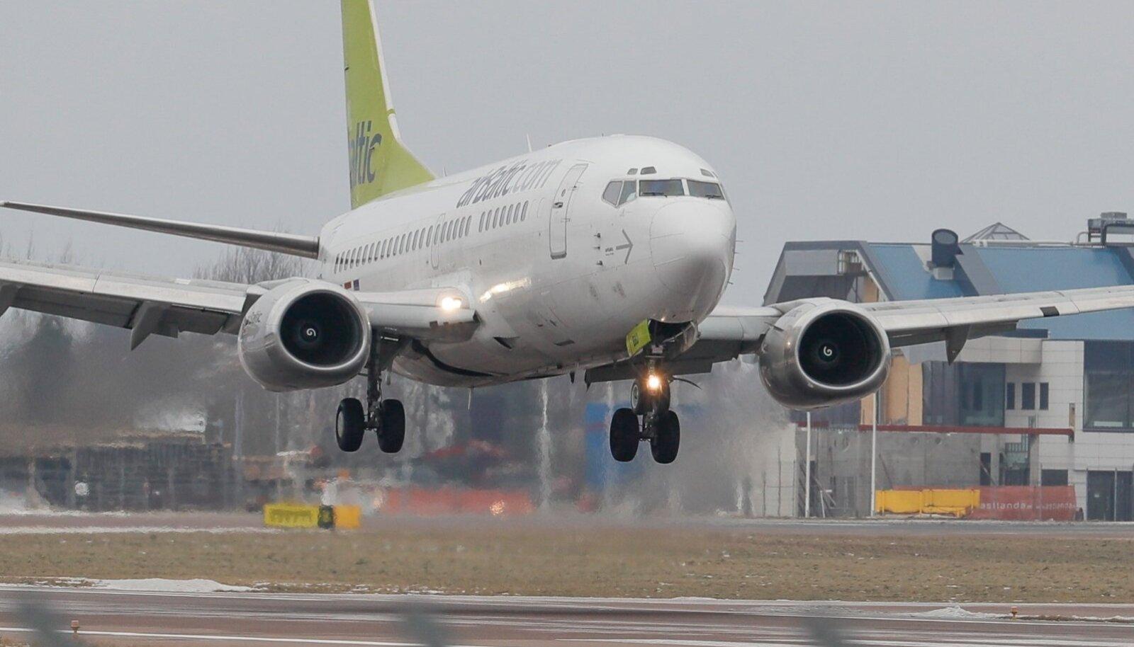 AirBalticu lennuk Tallinna maandumas.