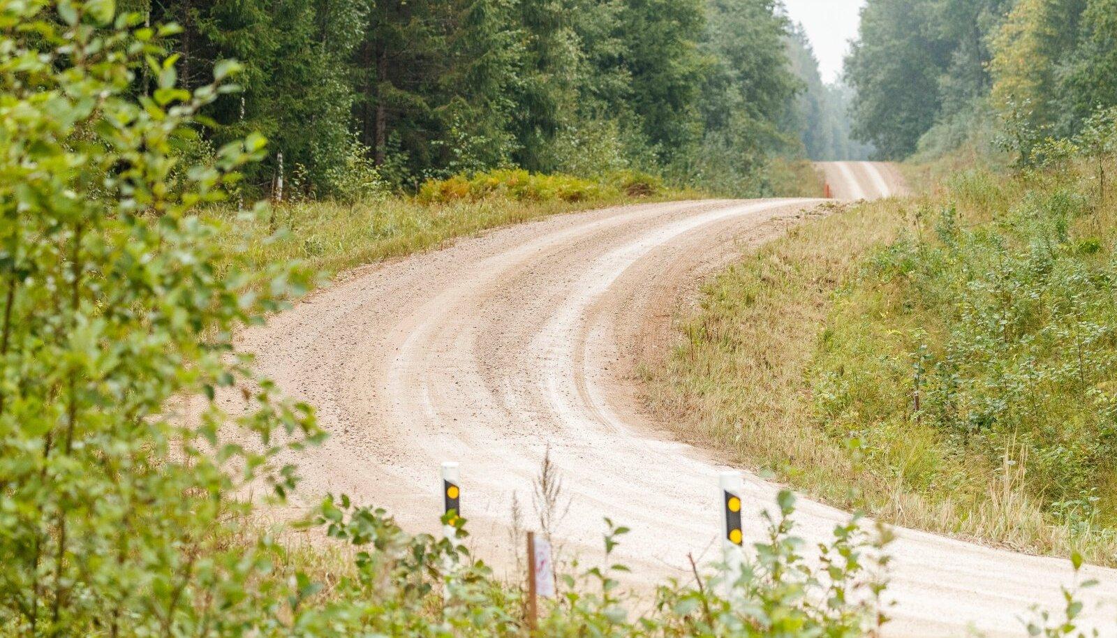 Kuiva ilmaga lükkavad ees sõitvad autode tee lahtisest kruusast puhtaks. Märjal teel on aga ees parem pidamine.
