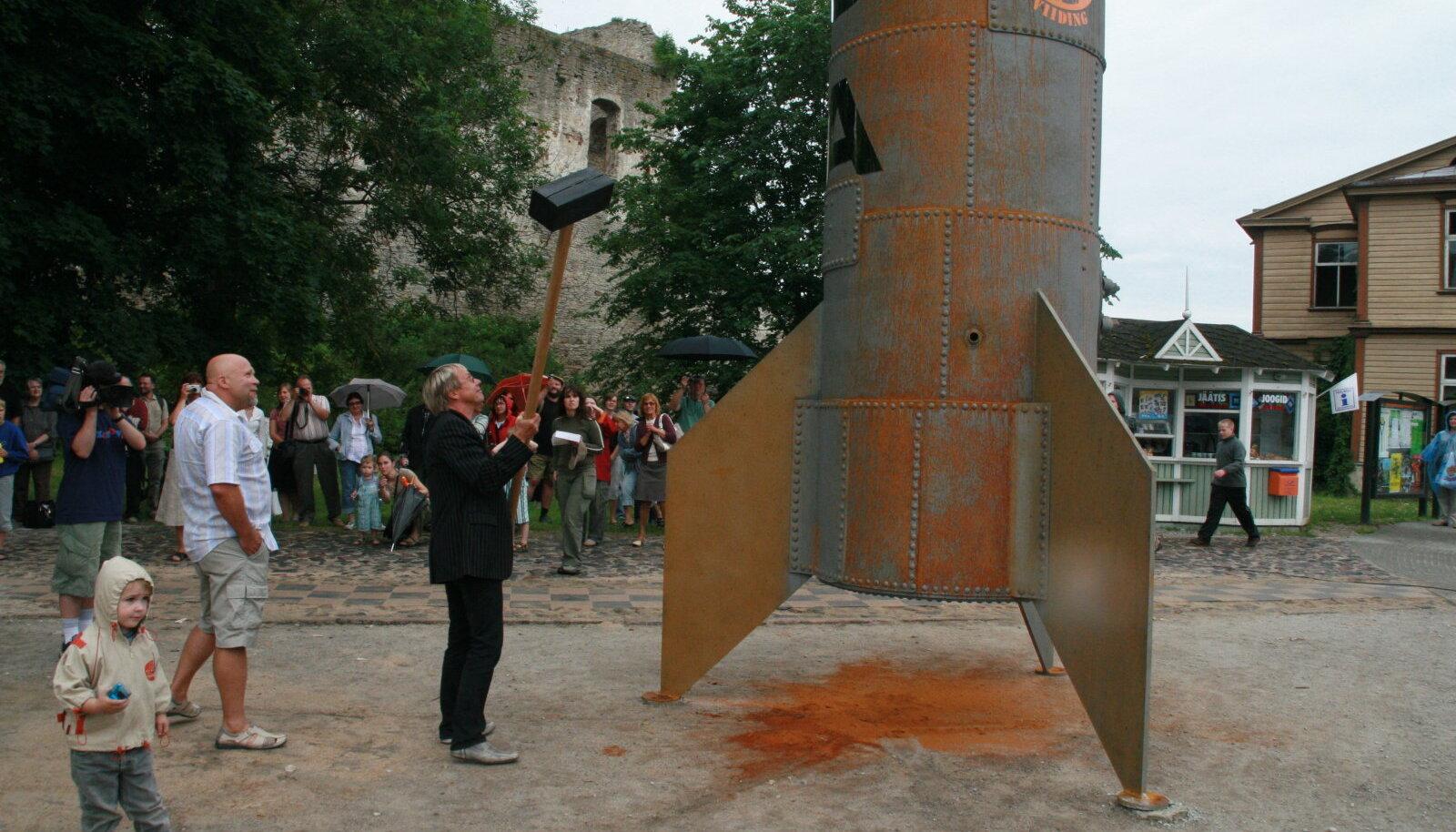 Skulptuuri avamine. Vasaraga Jaanus Nõgisto, autor selja taga.