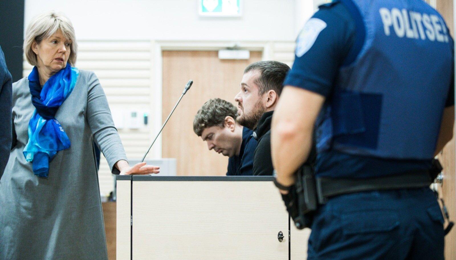 Advokaat Küllike Namm kõneleb oma kaitsealuse Paul Kärbergiga (kohtupingis esiplaanil), teine süüdistatav Dimitri Kärberg hoidis terve istungi aja suu lukus.
